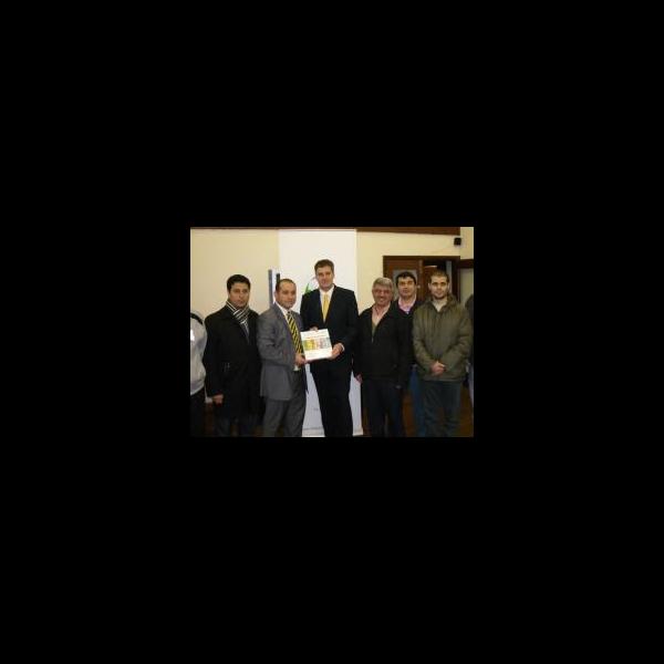 David Goodall at the Fellowship Dialogue Society receiving a book after giving a speech on
